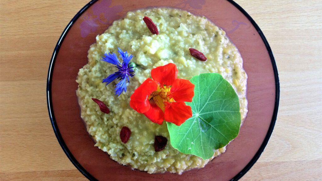 Frühstückbreit mit Blüten dekoriert